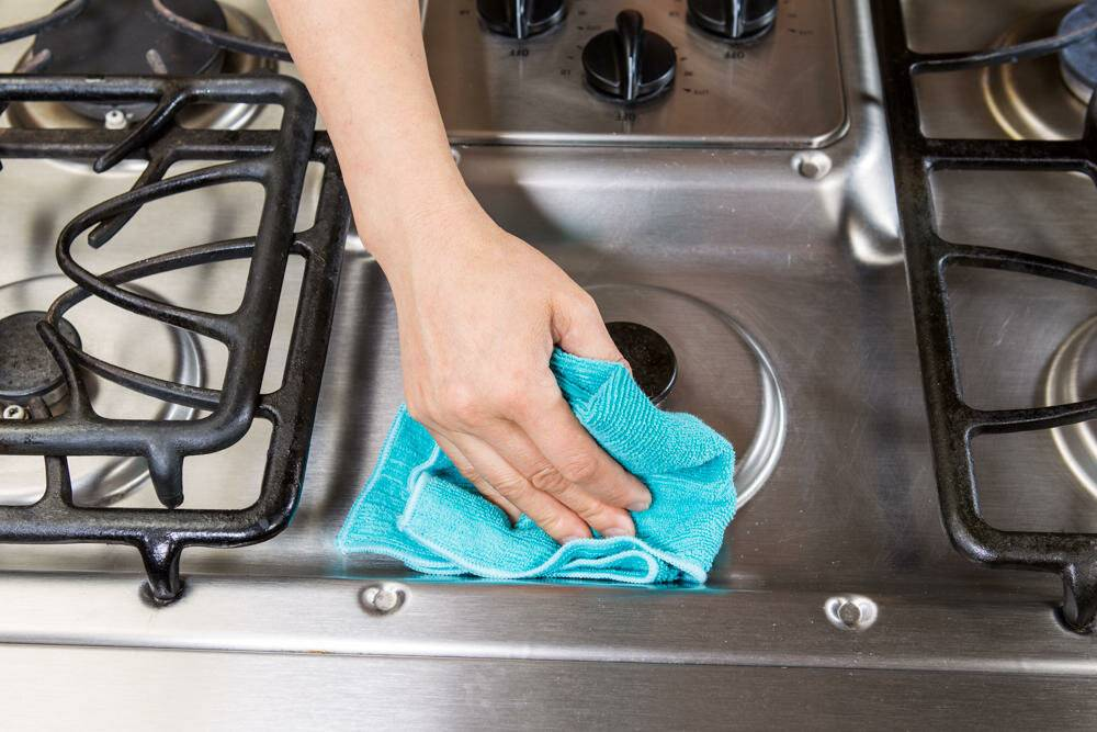 Какими средствами можно чистить индукционную панель?