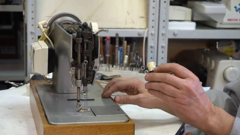 Ремонт швейной машины, верхняя нитка не втягивается в ткань