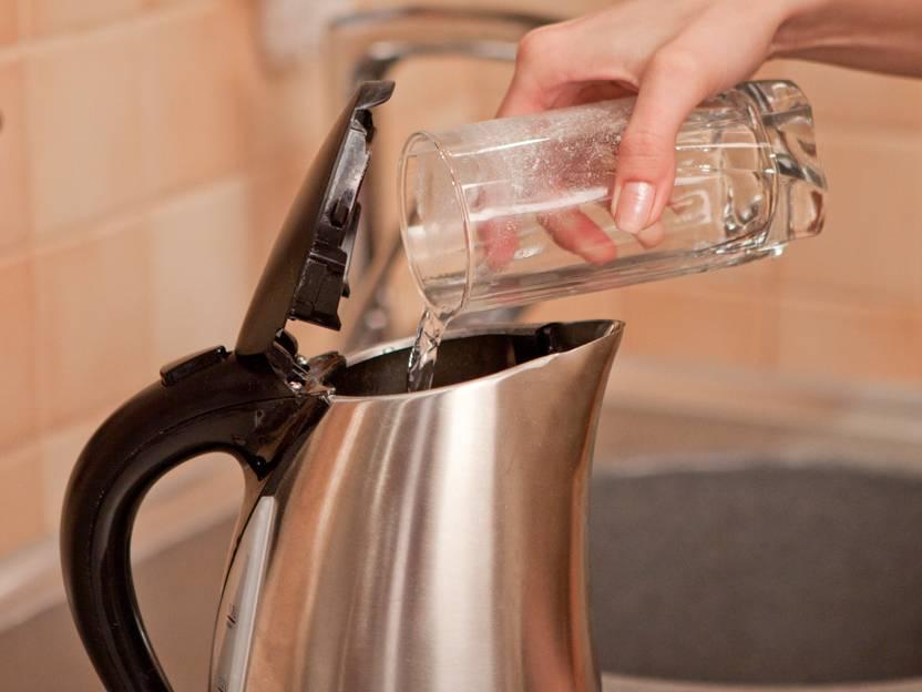 Что делать икак убрать запах, если новый чайник пахнет пластмассой