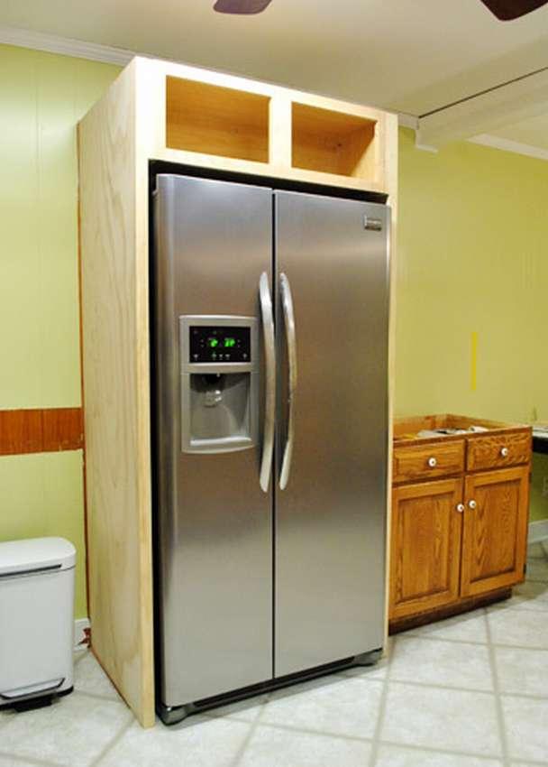 Можно ли встроить обычный холодильник в кухню: идеи и советы