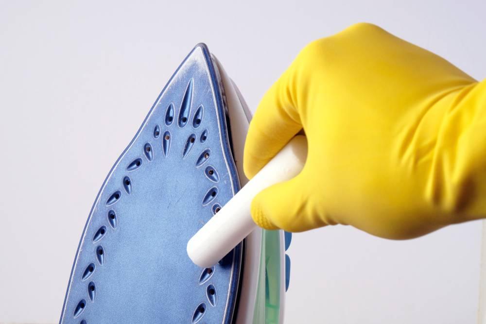 Как удалить нагар с подошвы утюга